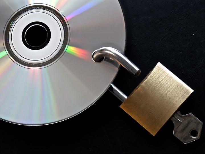 CD con llave para simular la importancia de una copia de seguridad de un disco duro