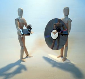 Muñecos sujetando las dos opciones para hacer un respaldo de un disco duro