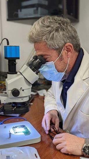Luis Felguera analizando un disco duro